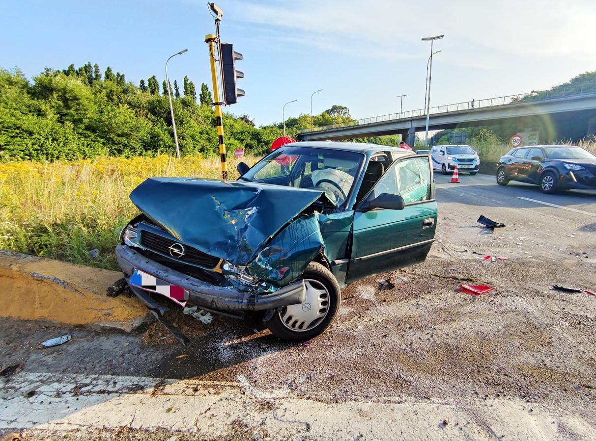 De verhakkelde Opel waarin de bestuurster vast zat.