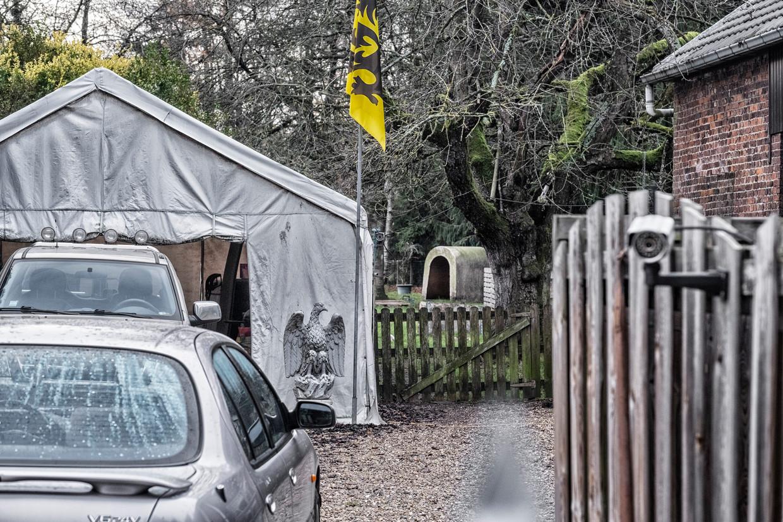 Onder het witte tentje staat de pick-uptruck die het nieuws haalde omdat er nazi-opschriften op staan. Beeld Tim Dirven