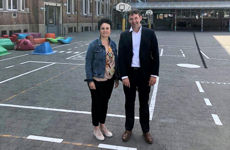 Schepen Bram Delvaux en directeur Marie Jamart zijn blij met de subsidie voor de herinrichting van de speelplaats.