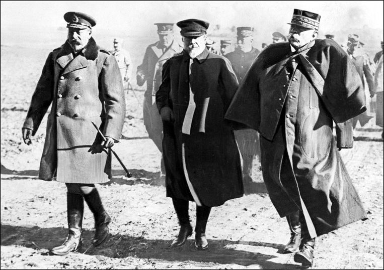 De Britse Koning George V, de Franse president Raymond Poincare en de Franse generaal Joffre op het slagveld tijdens de Eerste Wereldoorlog.   Beeld AFP