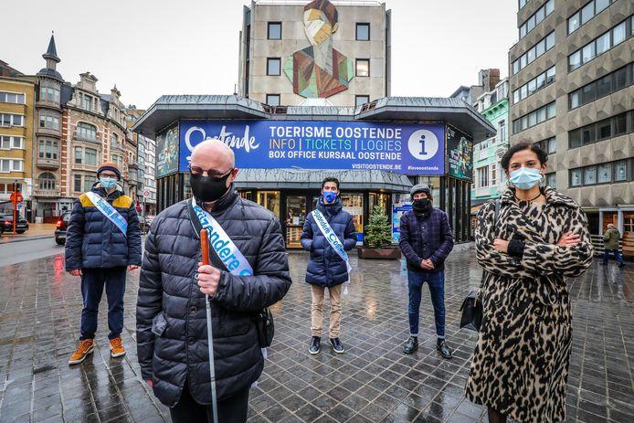 (vlnr) Bijzondere Oostendenaars Niels Dewulf, Christophe Hubrechsen, Alex Ryckaert, The Crystal Ship-curator Bjorn Van Poucke en schepen Hina Bhatti stellen de aangepaste streetartroute voor