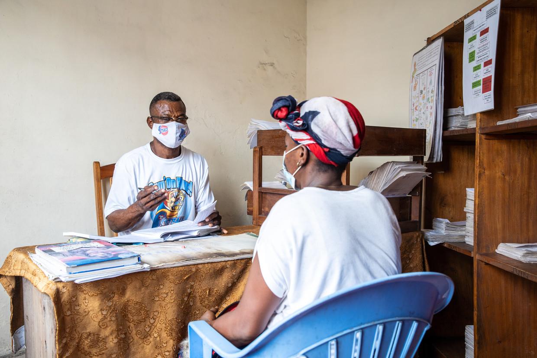 Dany Kabandani Enbeya (links, 59) werkt op een medische post in Kinshasa, Congo. Hij krijgt ondersteuning van Cordaid. Hier heeft hij een afspraak met een hiv-patiënt.