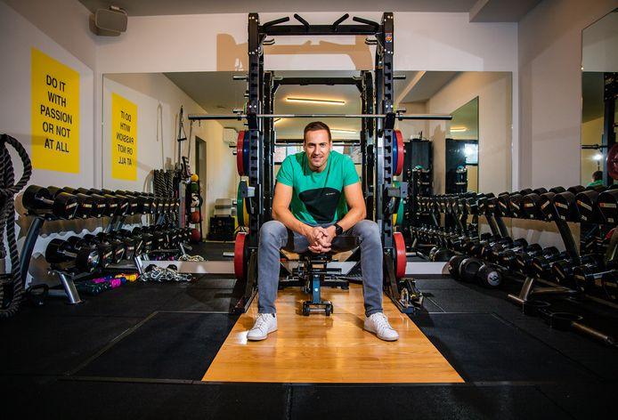 Hans Van Alphen in zijn vertrouwde fitnessomgeving, waar hij zowel personal coach, sportbegeleider als kinesitherapeut is.