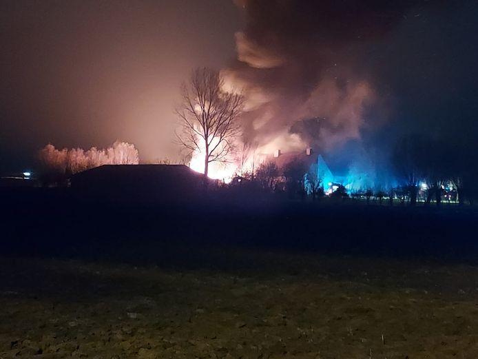 De brandweer probeert de brand met man en macht onder controle te krijgen.
