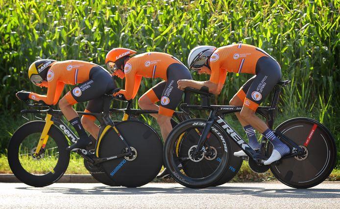 Koen Bouwman, Bauke Mollema en Jos van Emden onderweg in de gemengde ploegentijdrit.