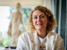 Twentse gelukskundige Mirjam Spitholt wil dat de discussie over wel of niet vaccineren stopt: 'Wil je gelijk of wil je geluk?'