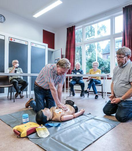 Johan geeft aed-cursussen in Winterswijk: 'Het geluk dat ik bij mijn hartstilstand had, gun ik iedereen'