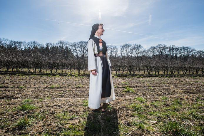 Zuster Pascale op het perceel in Oosterbeek, dat wordt omgevormd tot begraafplaats Koningsakker.