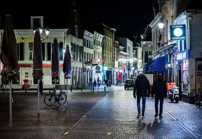 Centrum Breda: gaat de avondklok die zaterdagavond ingaat werken? Het jongerenwerk wil graag de straat op en vraagt toestemming.