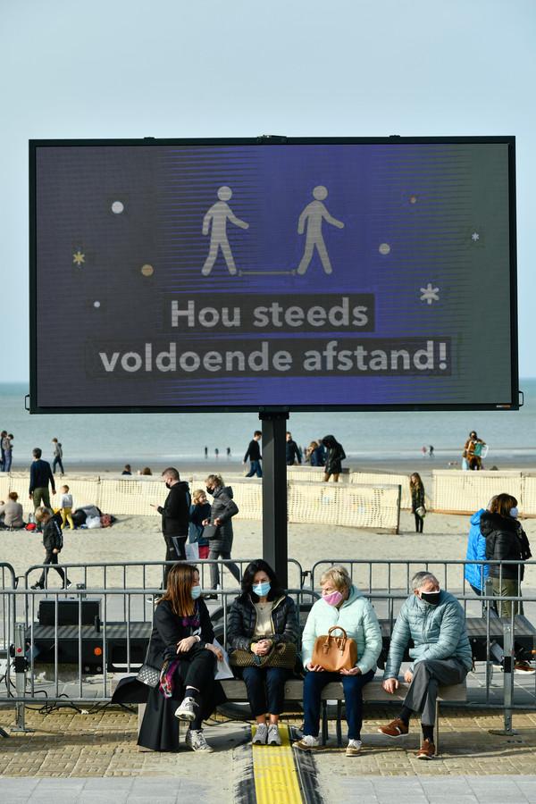 Hou steeds voldoende afstand, op een bankje is dat niet altijd simpel (photo by Florian Van Eenoo/Photo News)