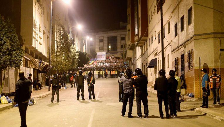 De Marokkaanse oproerpolitie blokkeert een hoofdweg in Al Hoceima. De betogers mijden de confrontatie. Beeld reuters