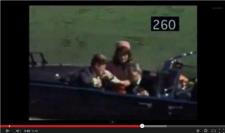 Kennedy, enkele seconden voordat hij wordt neergeschoten. Beeld screenshot