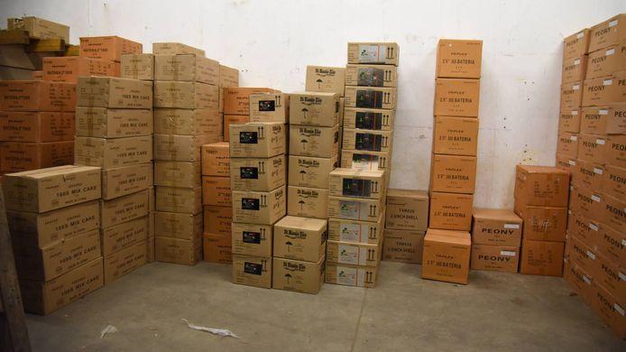 In de bunker lag voor tienduizenden kilo's aan vuurwerk. 10.980 cobra's, 9.368 mortierbommen, 857 flowerbeds, 304 Chinese rollen, 120 Romeinse kaarsen en 192 lawinepijlen.