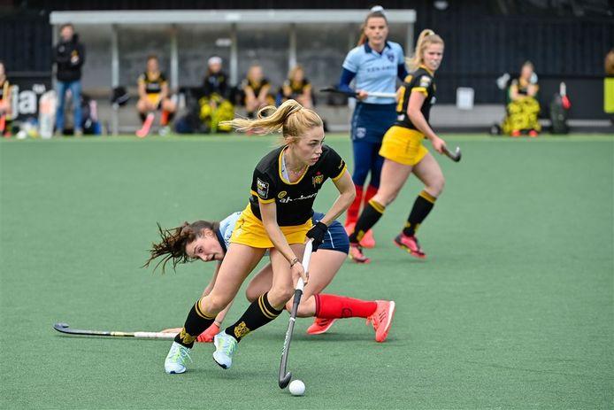 Laura Nunnink van Den Bosch gaat er met de bal vandoor tegen Laren.