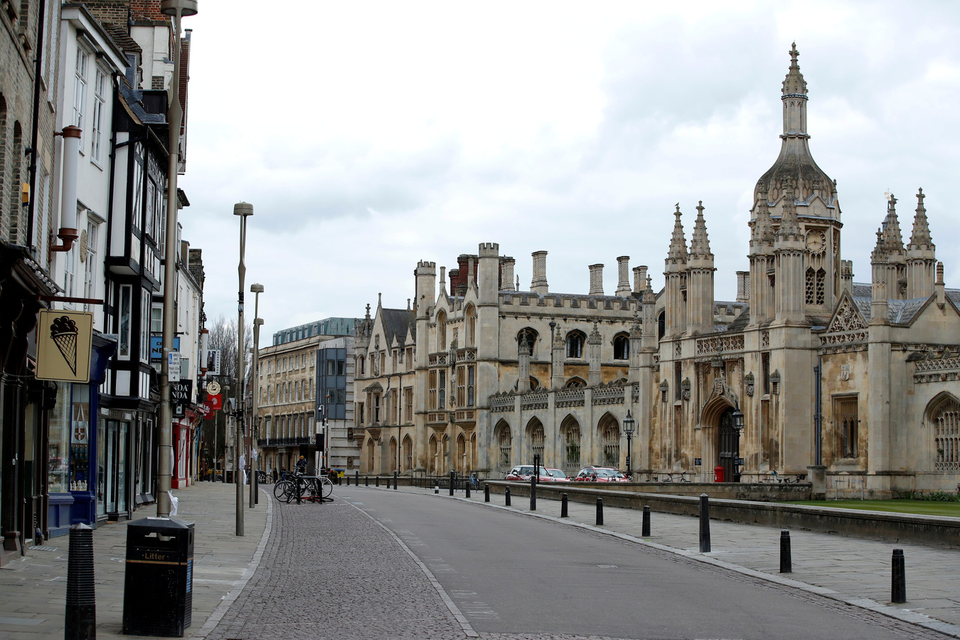 Een lege straat aan Cambridge University in Cambridge.