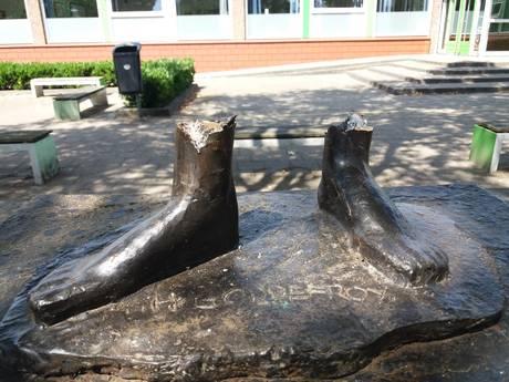 Al 10 standbeelden van hun sokkel geslepen, mogelijk bende actief