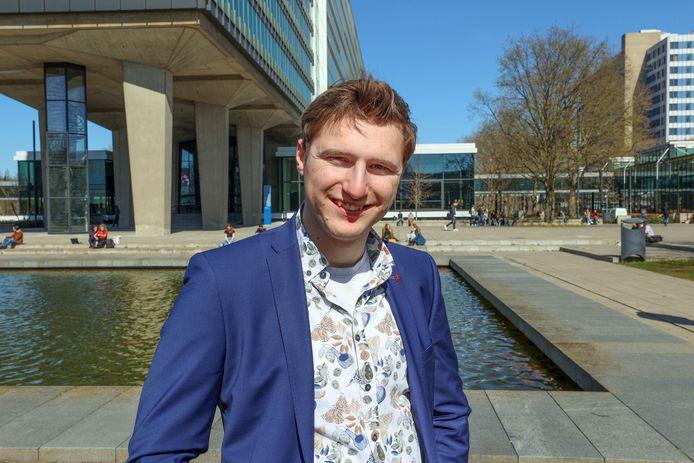Dirk van Meer schreef mee aan een regeerakkoord van het studentenkabinet. Robert-Jan Smits van de TU/e neemt het akkoord in ontvangst.