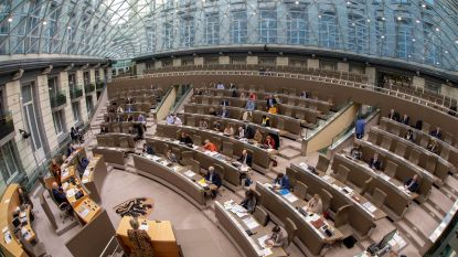 LIVE. Vlaamse Parlementsleden leggen de eed af, Almaci gebruikt bewust foute formule