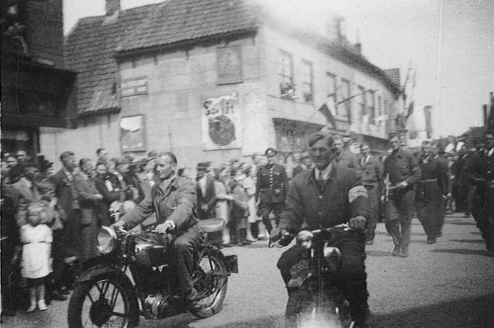 Leden van de Binnenlandse Strijdkrachten trekken in mei 1945 door Monster.