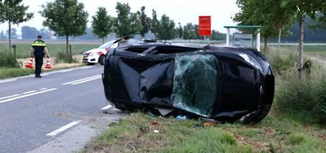 Auto over de kop de berm in nabij Emmeloord: twee inzittenden gewond