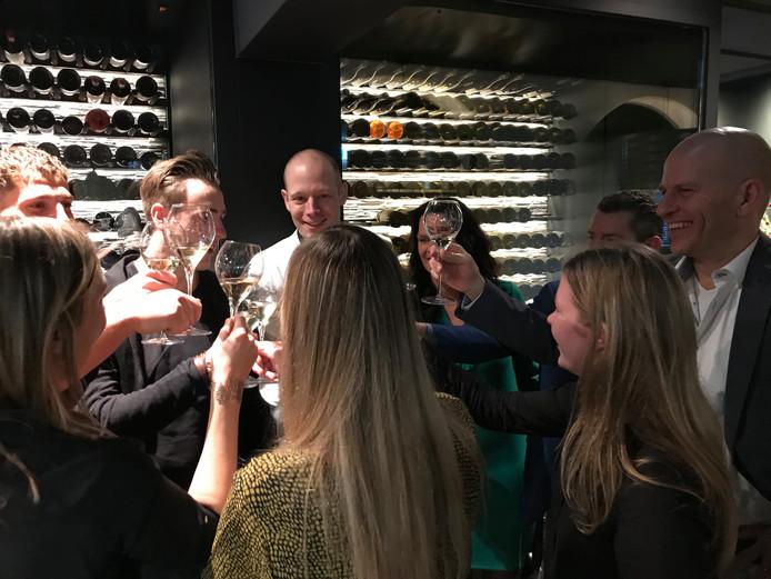 In restaurant Oonivoo wordt getoost op de behaalde Michelin-ster. In het midden achter, met witte koksbuis chef Thijs Berkers. Rechts eigenaar Marco van  Bergen