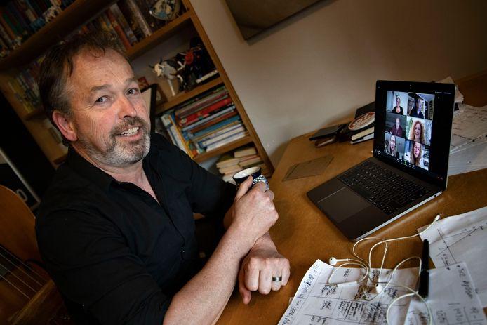 John van der Sanden bij een online-repetitie, toen het nog de bedoeling was om 'Hotspot' dit jaar door te laten gaan.