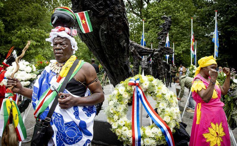 Belangstellenden tijdens de landelijke herdenking van het slavernijverleden in het Oosterpark. Beeld ANP