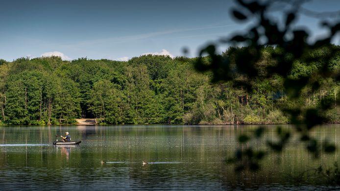 Een deel van de roeivijver aan de Duinweg in Drunen. Ton Derks van BillyBird wil van de roeivijver een natuurbad maken, als onderdeel van Park Duinenrijk. Ook een nieuw openluchtzwembad en een buiten- én binnenspeeltuin zijn daar onderdeel van.