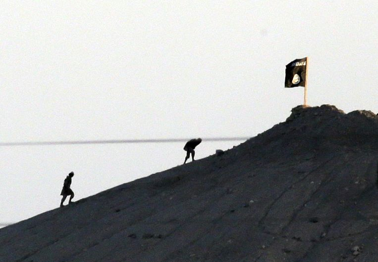 Een IS-vlag op een heuvel ten oosten van de stad Kobani. Beeld ap