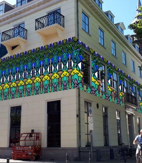 Stedelijk in Kampen krijgt kleurrijk zomerjasje; stickers op de gevel tijdens expositie Nouveau Deco