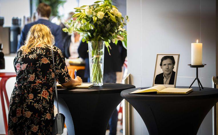 Een advocate ondertekent een condoleanceregister voor Derk Wiersum. Beeld ANP