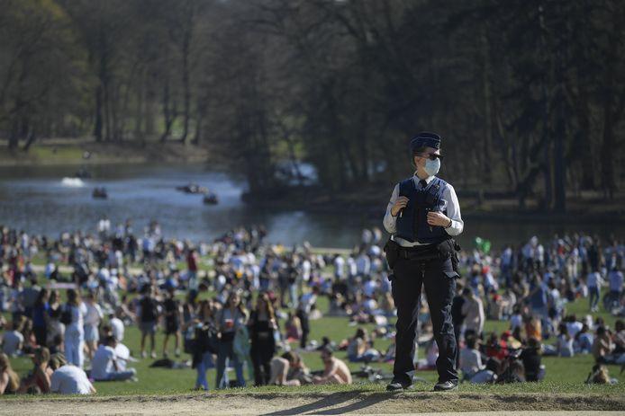 Een agent in een volgelopen Ter Kamerenbos in Brussel.