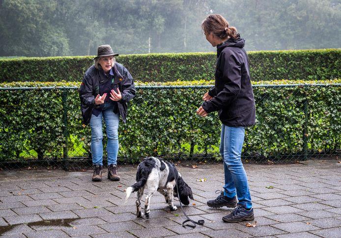 Veronica van Ameijde geeft les bij hondenschool Gaus in Son en Breugel.
