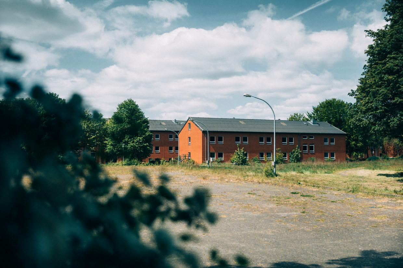 De oude kazerne in Bad Bramstedt, waar veelal Roemeense contractarbeiders wonen die voor de Nederlandse slachterij Vion werken. 82 van de 108 arbeiders bleken besmet met het coronavirus.  Beeld Marlena Waldthausen