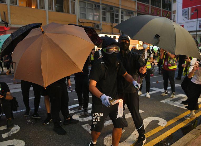 Demonstrant met molotovcocktail bij de protesten op 1 juli in Hongkong. Beeld Foto EPA