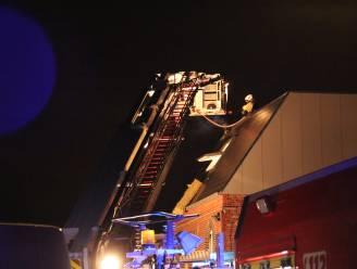 Brandweer kan zware schade aan woning vermijden nadat buurman beginnende dakbrand tijdig opmerkt