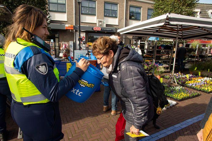 Bezoekers van de markt kunnen bij een speciale stand van de politie en gemeente Berkelland snuffelen aan XTC en andere chemische stoffen die in drugslabs gebruikt worden.