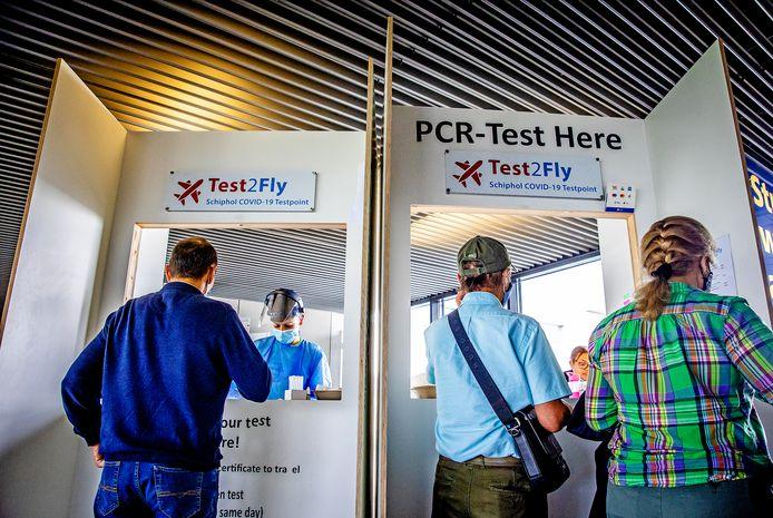 Reizigers laten zich testen.