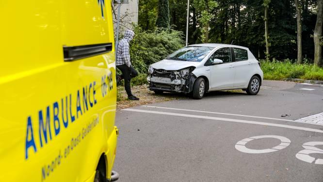 Auto botst tegen scooter bij Wenum Wiesel, jongen en meisje lichtgewond