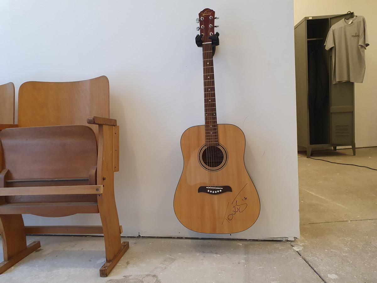 De gesigneerde  gitaar waar Tourist LeMC zijn albums En Route en Wij Begrijpen Mekaar mee opnam gaat woensdag voor de hoogste bieder over de toonbank.