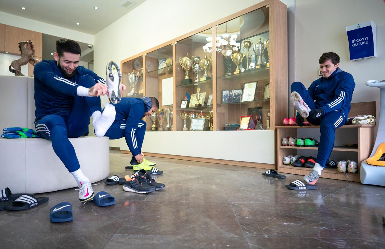 Spelers van FK Karabag maken zich klaar voor de training.  Beeld Freek van den Bergh / de Volkskrant