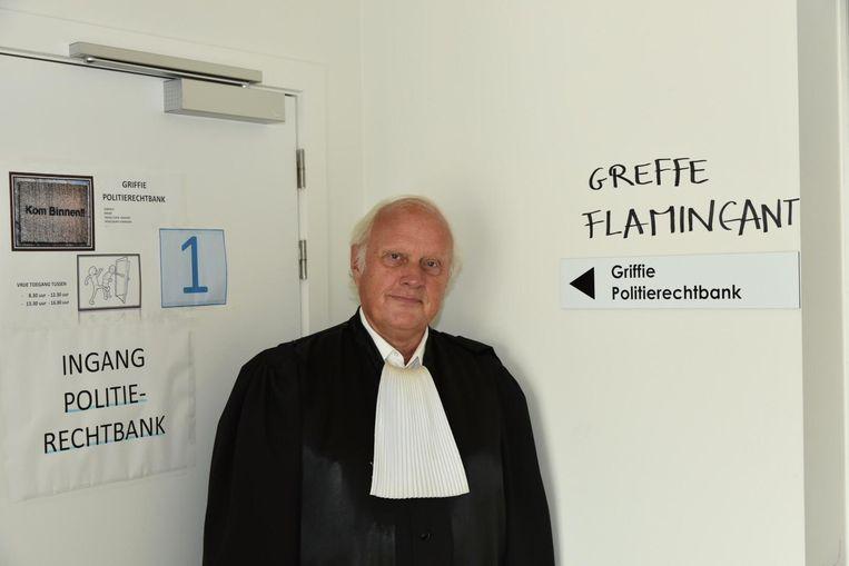 Vrederechter Gilbert Putteman bij de graffiti in het gerechtsgebouw.