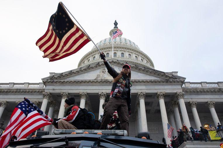 Aanhangers van president Trump bestormen het Capitool in Washington. Beeld EPA