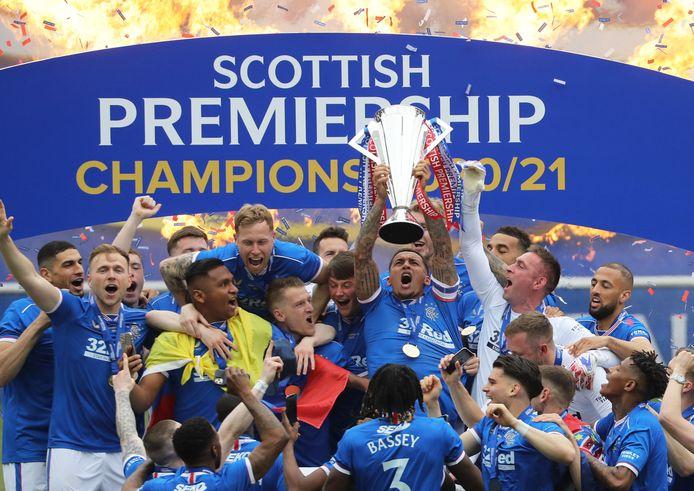Twee maanden na het behalen van de titel kregen de spelers van Rangers zaterdag de trofee uitgereikt.