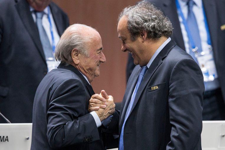 Sepp Blatter (L) met Michel Platini nadat Blatter is herkozen voor een vijfde termijn. Beeld epa