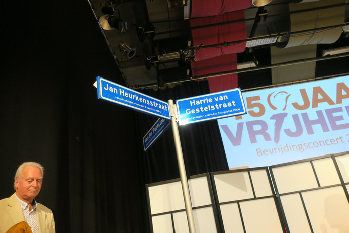 Drie straatnaambordjes voor Geldropse verzetshelden. Op de foto wethouder Rob van Otterdijk.