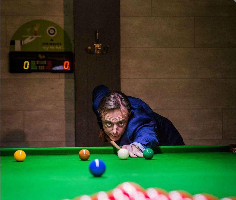 Om 23 uur trekken James Cooke en zijn gasten nog even naar Wilrijk voor een potje snooker. Een buitenkansje voor De Wever, die een fervent snookerfan blijkt te zijn.