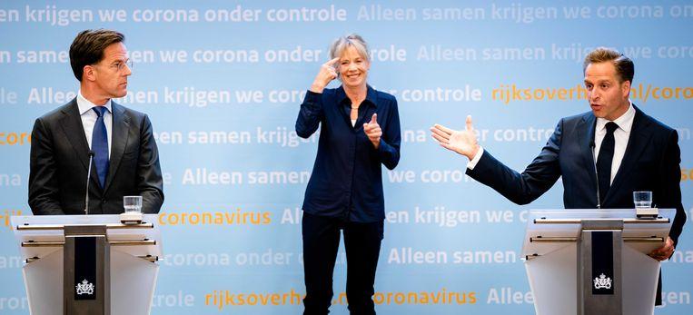 Premier Mark Rutte en minister Hugo de Jonge van Volksgezondheid kondigen aan dat de versoepelingen vanaf 1 juni doorgaan. Het kabinet past de strategie aan in de strijd tegen het coronavirus. Beeld ANP