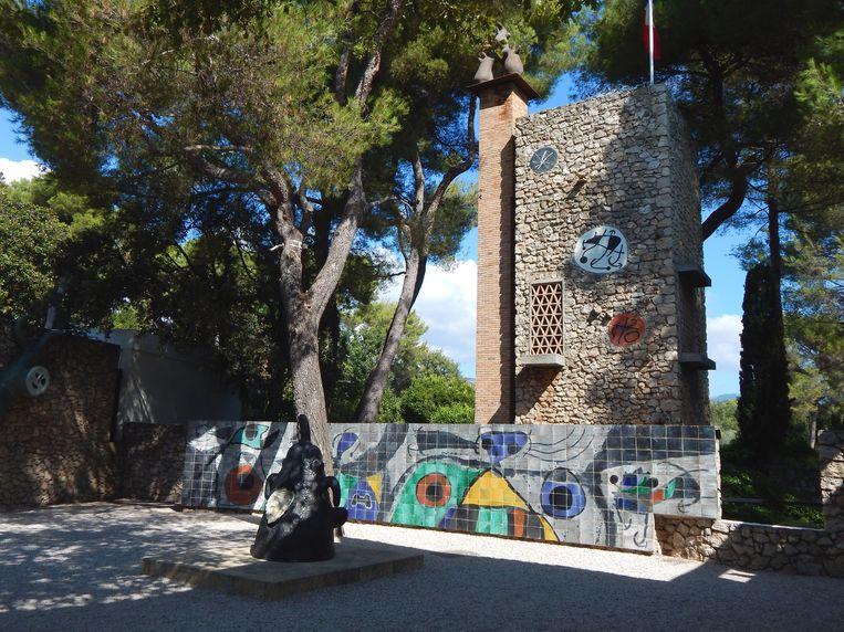 Nicolas Ghesquière presenteerde zijn cruisecollectie in het labyrint van Miró,  een van de unieke plekken in de Fondation Maeght. Beeld BELGAIMAGE