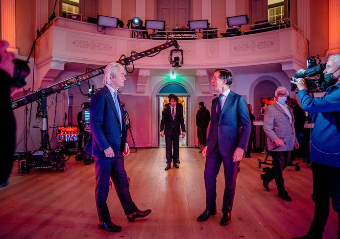 Geert Wilders (l) en Mark Rutte tijdens het RTL-lijsttrekkersdebat zondag. 'Ze komen niet verder dan vooraf ingestudeerde grapjes en oneliners', aldus een lezer.
